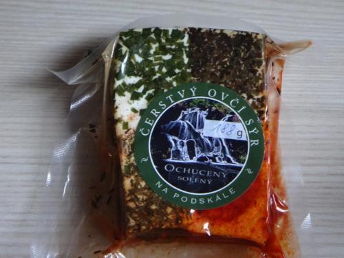 Čerstvý ovčí sýr s bylinkami solený
