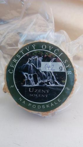 Čerstvý ovčí sýr uzený solený